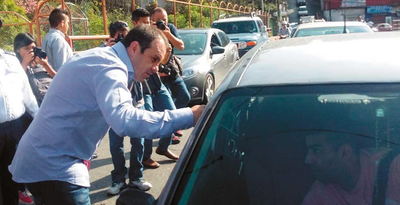 Banderazo. El alcalde Cuauhtémoc Blanco Bravo, acompañado del secretario Técnico del Ayuntamiento, José Manuel Sanz, y otras autoridades, reactivó el programa de cultura vial.