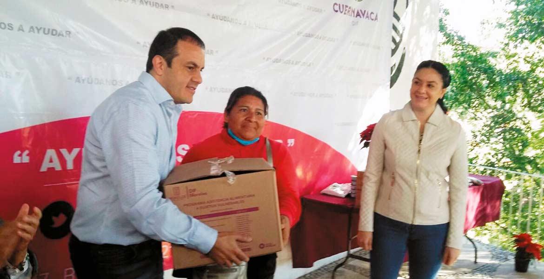 Apoyos. El alcalde Cuauhtémoc Blanco entrega ayuda a personas de escasos recursos.
