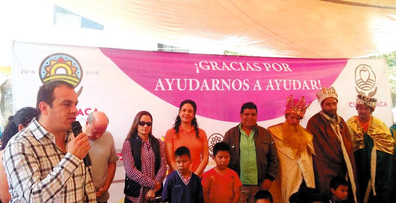 Visita. Los tres Reyes Magos llegaron junto con el alcalde Cuauhtémoc Blanco al poblado de San Miguel Apatlaco, llevaron juguetes y roscas.