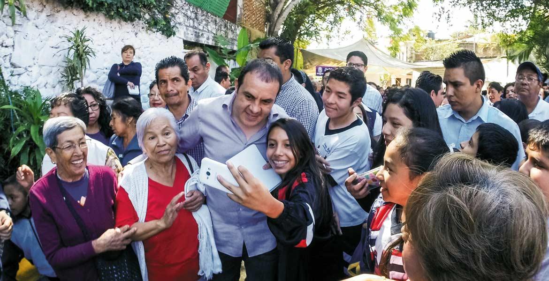 Cercanía. Los asistentes al evento no perdieron la oportunidad de tomarse la foto del recuerdo con el alcalde de Cuernavaca, Cuauhtémoc Blanco.