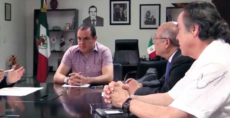 Convenio. El director del INEEA, Eliseo Guajardo, y el alcalde Cuauhtémoc Blanco, quienofrece apoyo para bajar analfabetismo.
