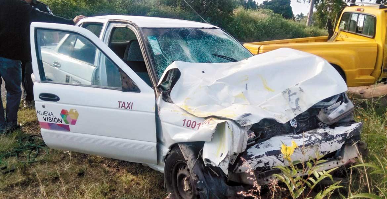Percance. Dos personas que viajaban en el taxi resultaron lesionadas, luego de que el coche fuera impactado de frente por una camioneta en La Cartonera, de Yecapixtla.