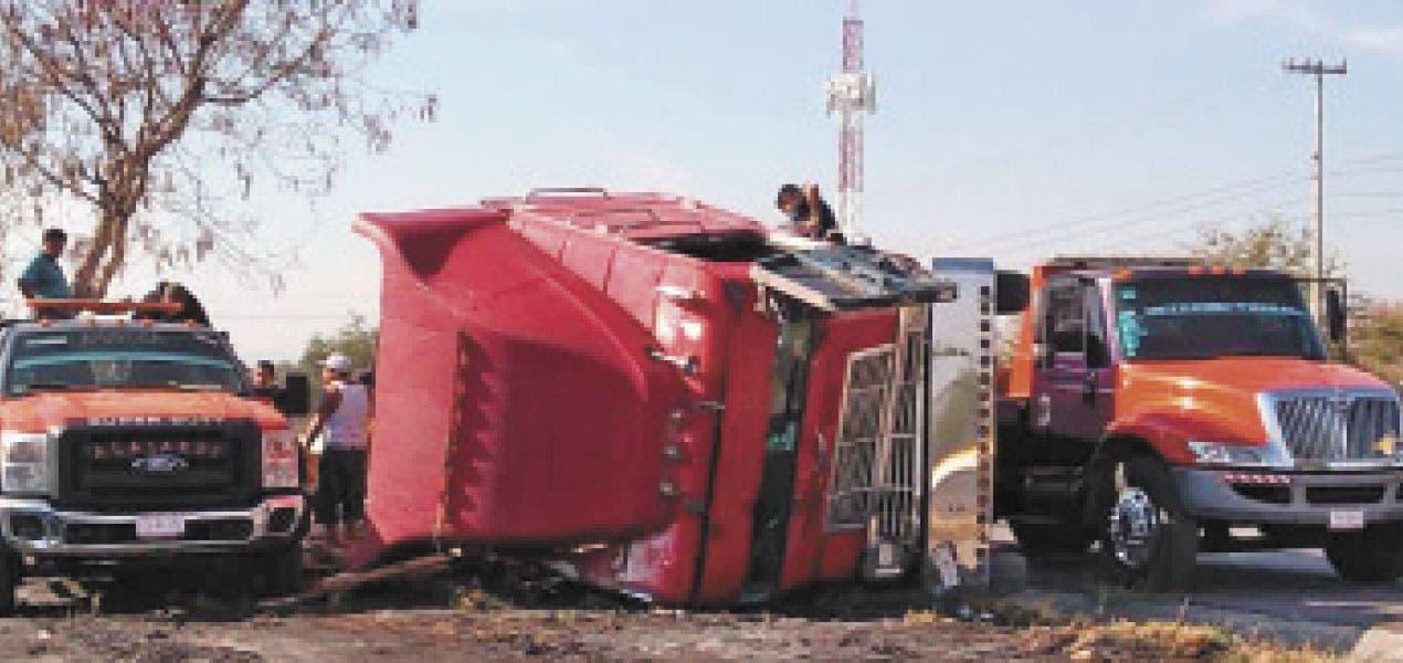 Vuelca camión en la autopista Cuernavaca-Acapulco