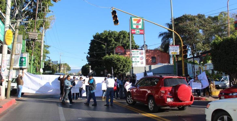 Cumplen amenaza y bloquean avenida Morelos, en Cuernavaca