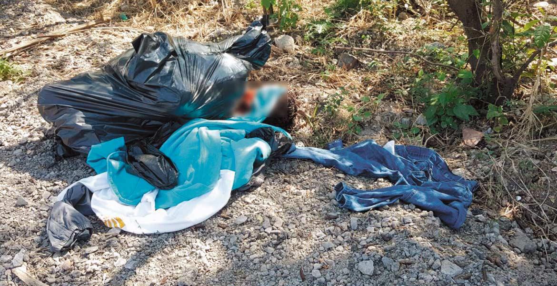 Asesinato. Un sujeto decapitado, fue embolsado y abandonado en un camino de terracería en la calle Benito Juárez, de la colonia Loma Bonita del poblado de Tequesquitengo, a 200 metros de un hotel.