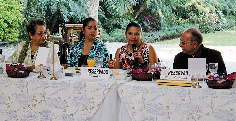 Socorro Cortés, Dulce María y Liliana Buendía con Rafael Aponte.