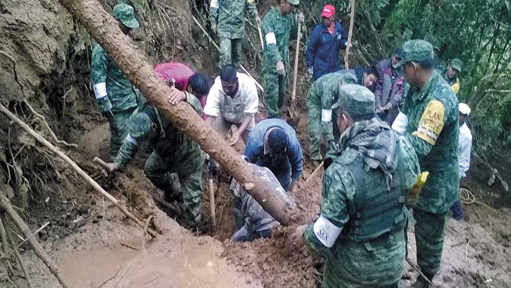 En los hechos Personal militar en Ocuilan (frontera Edomex-Morelos), auxilia a tres niños atrapados en la tierra por el deslave de un cerro.