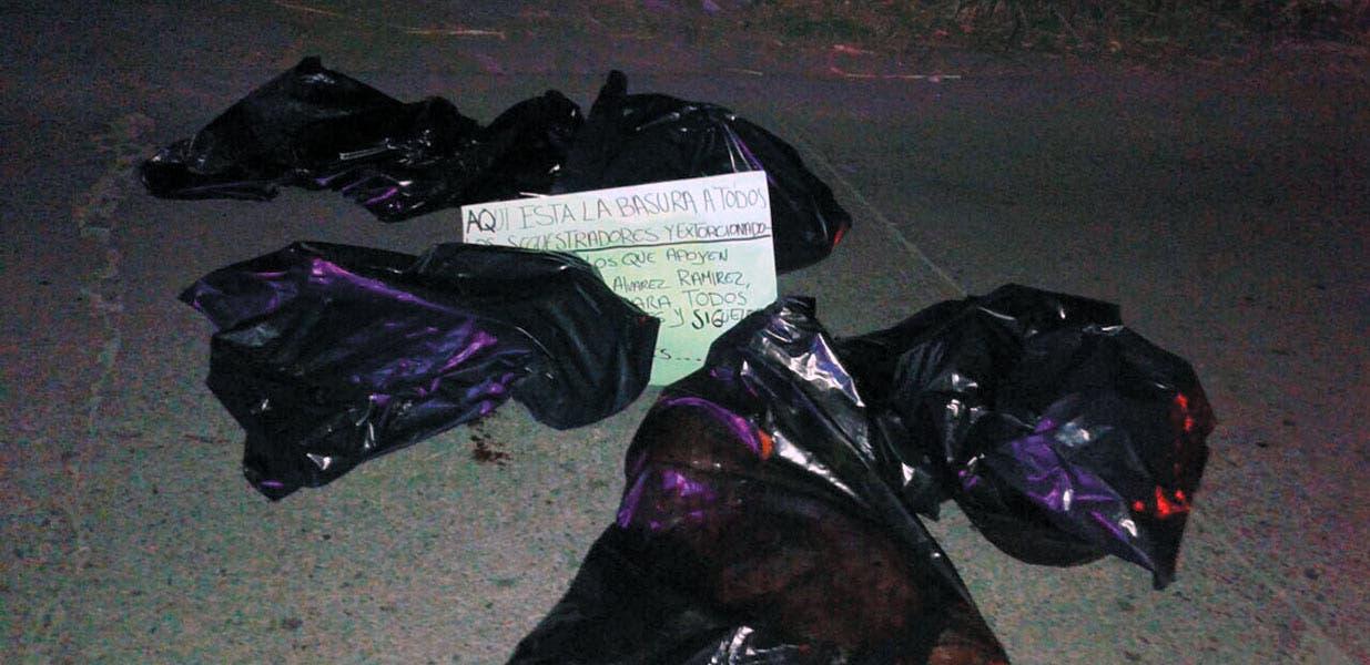 El asesinato. Un sujeto desmembrado, fue hallado en cinco bolsas negras, con un narcomensaje, en la carretera Zacatepec-Tlaquiltenango.