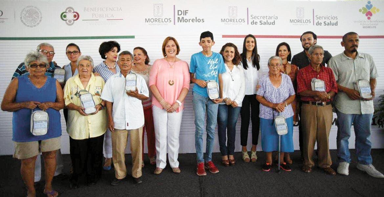Evento. Elena Cepeda, presidenta del DIF estatal, la secretaria de Salud, Patricia Mora González y la representante de la Beneficencia Pública nacional, Ángela Gómez López, durante la entrega de los apoyos.