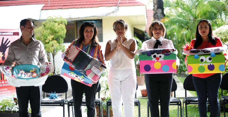 Recursos. María Teresa Domínguez y Elisa Zamudio encabezaron la entrega que el Instituto de la Mujer hizo al Sistema DIF, de recursos materiales del Programa de Apoyo a las Instancias de las Mujeres en las Entidades Federativas.