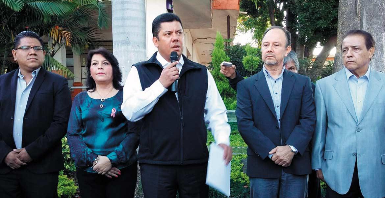 Anuncio. El diputado federal panista Javier Bolaños Aguilar acudió ayer a las instalaciones del Ayuntamiento para presentar en la Contraloría municipal una denuncia por incumplimiento de la norma sobre gratuidad en estacionamientos