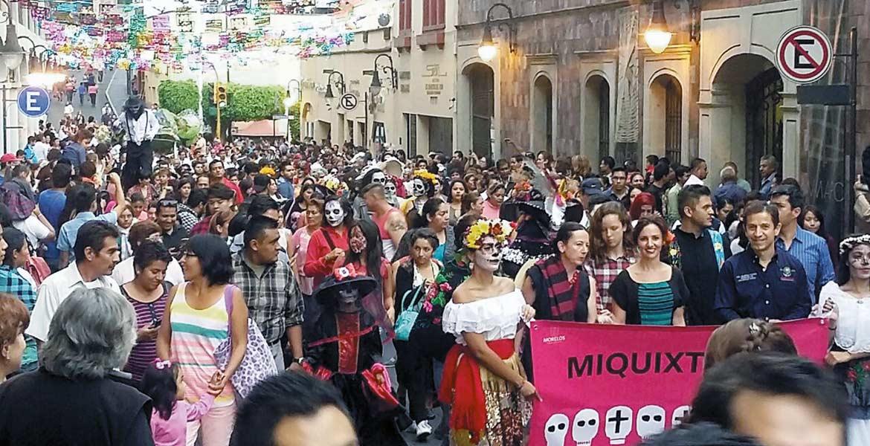 Concurrido. El desfile de catrinas y catrines, subió por la calle Hidalgo hasta llegar al Jardín Borda.
