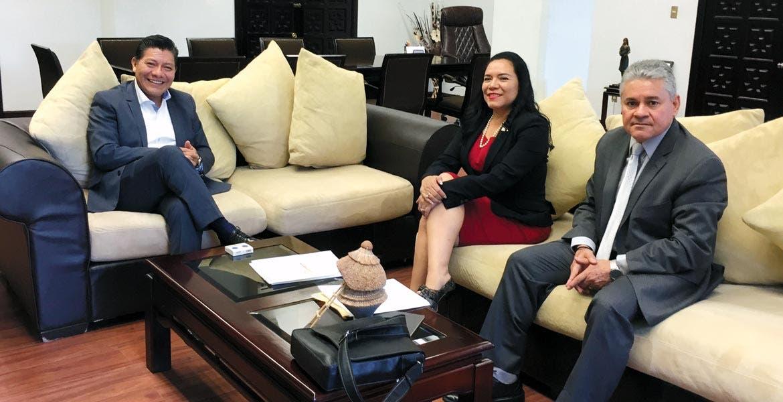 Acuerdos. El secretario de Gobierno, Matías Quiroz; la secretaria general de la Secc. 19, Gabriela Bañón, y el delegado del SNTE, Raymundo Valdivia, abordaron el tema de los acuerdos entre el sindicato de maestros y el secretario de Educación federal.