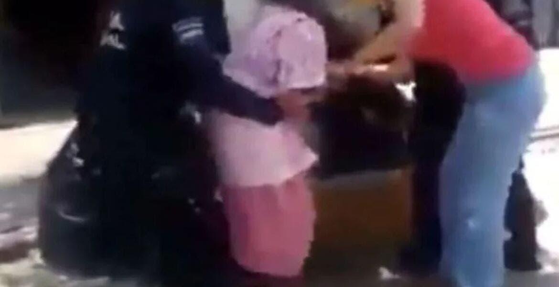 Difunden en redes video de policías sometiendo a mujer de la tercera edad por no usar cubrebocas