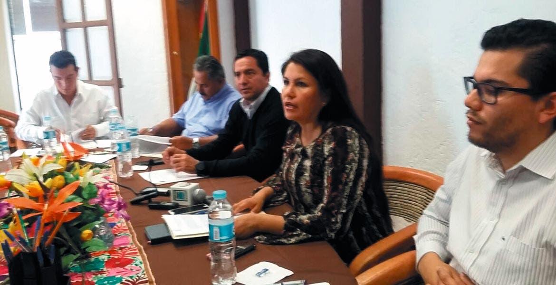 Reunión. Llama la diputada Hortencia Figueroa a los cabildos a votar por la conformación de cuatro municipios indígenas.