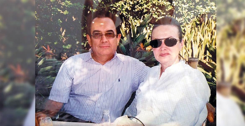 El doctor Roberto Álvarez Sandoval con su distinguida esposa la señora Irma Miller Salinas.
