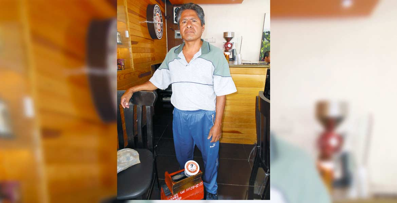 Don Jorge Flores Villalba con su cajón de bolero.