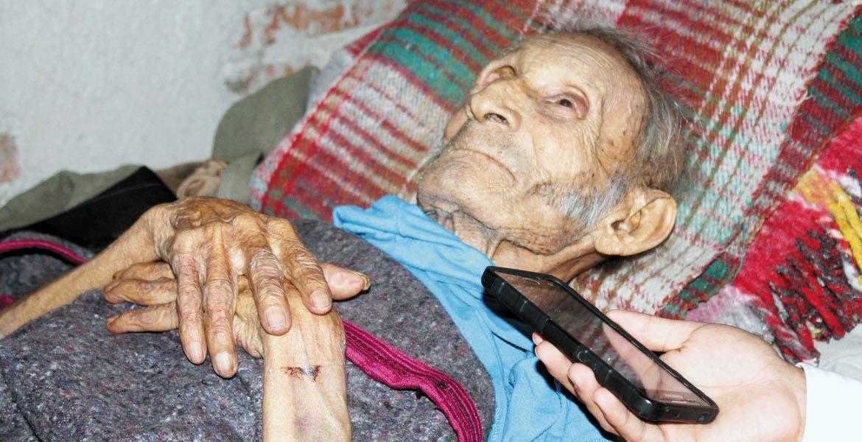 Ya no puede caminar. La enfermedad mantiene a don Lupe postrado en una cama. A sus 91 años, inmóvil, depende de las personas incluso para alimentarse.