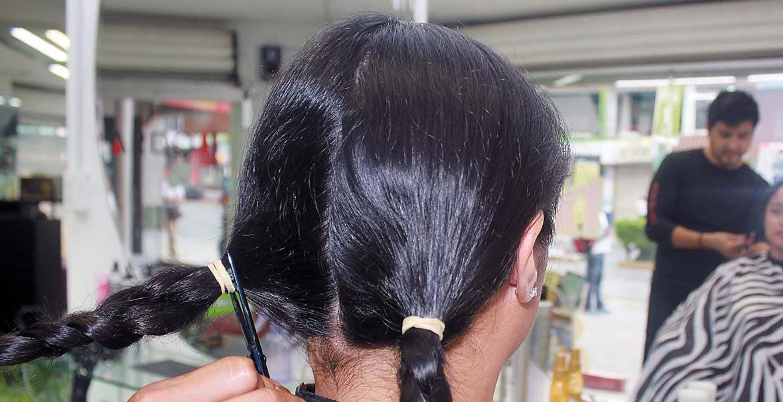 Apoya. Que tu cabello esté libre de canas, tinte, gel, spray. Llévalo en una trenza de 30 centímetros.