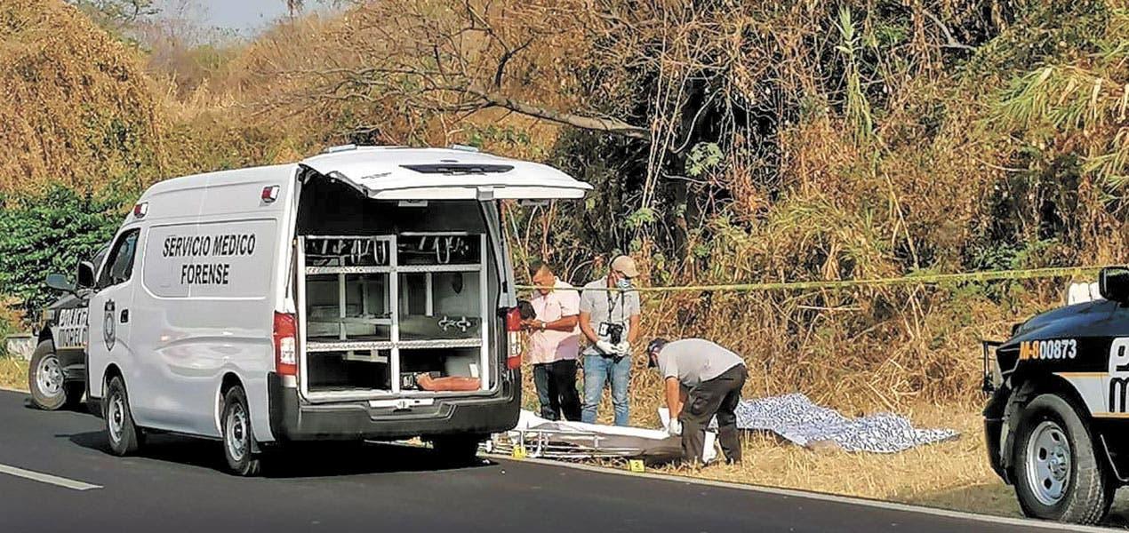 Tiran cadáver con manta y amenazan a varios en Morelos