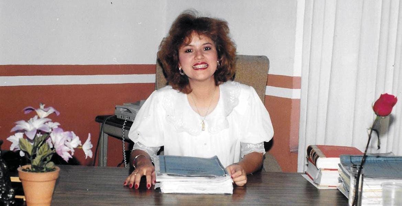 La hermosa Elena Brito Casales en su oficina del Juzgado.