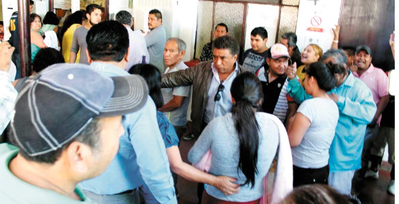 Evacuación. Emilio Rosas, líder del ALM, junto con sus seguidores ingresan a las oficinas pidiendo a trabajadores y ciudadanos que abandones las instalaciones porque habría enfrentamiento.