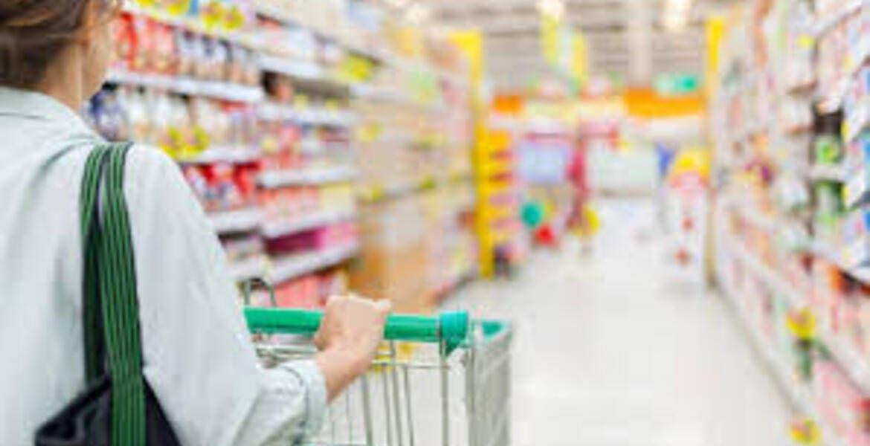 """Empleado de supermercado hace """"limpieza"""" con su saliva"""