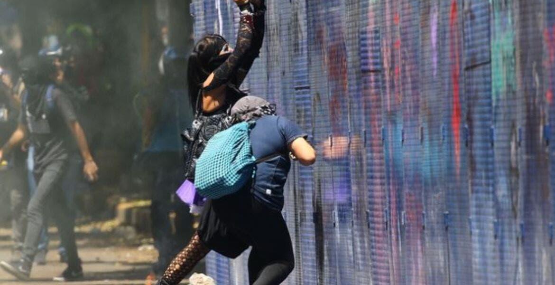 Encapuchados protestan por asesinato de Giovanni López en Jalisco, vandalizando embajada de EU