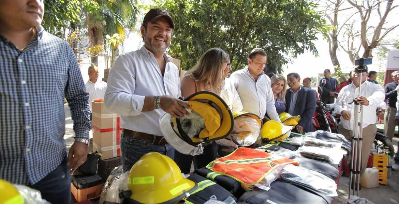 Equipan a bomberos de Cuernavaca