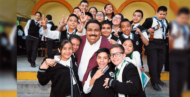 Escuela. El presidente municipal Raúl Tadeo Nava anunció a los alumnos la donación del terreno para nueva escuela.