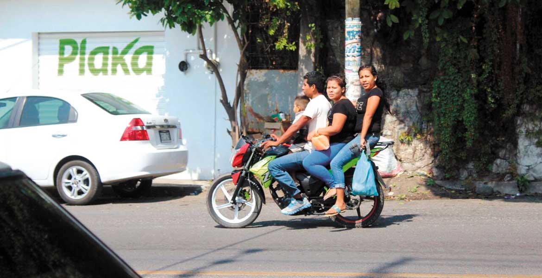 De tres familias que fueron captadas ayer a bordo de motocicletas en el acueducto de San Carlos, en Yautepec, sólo una llevaba el casco de seguridad; las demás, sin las medidas de seguridad pertinentes.