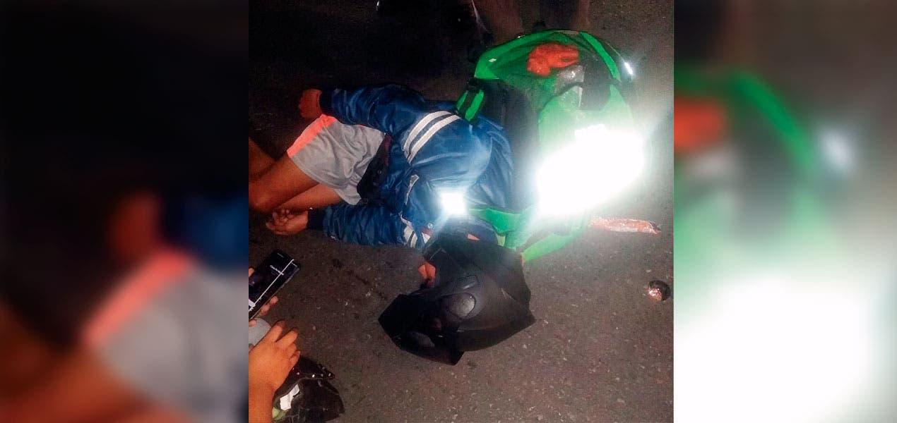 Tira auto a joven motociclista en Cuernavaca