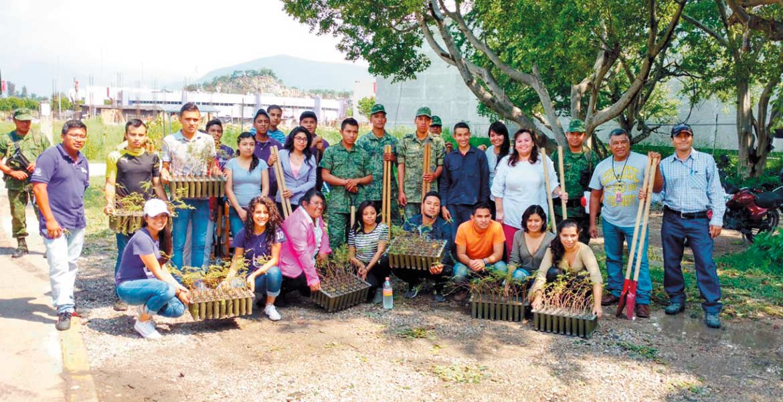 Faena. Estudiantes de la Upemor colaboraron con la reforestación en el perímetro de la institución educativa.