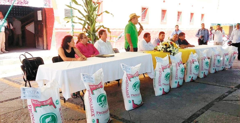 Ayuda. Agustín Alonso Gutiérrez entregó fertilizantes a productores de ocho de nueve ejidos de Yautepec, con una inversión de casi medio millón de pesos.