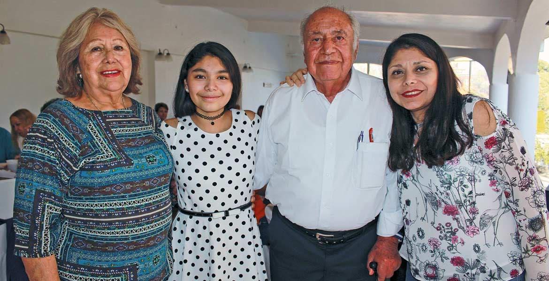Reyna Espinosa con Frida, Eduardo y Gaby Flores