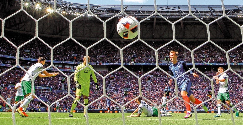 Irlanda ganaba por un penal desde el 2', pero el delantero del 'Atleti' dio la voltereta en 3 minutos