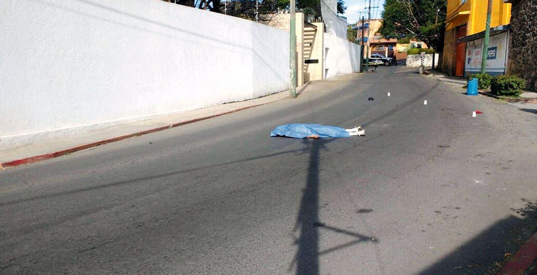 Hechos. El cadáver del ex atleta olímpico de México 68 quedó tendido en la calle, tras ser cubierto por una sábana.