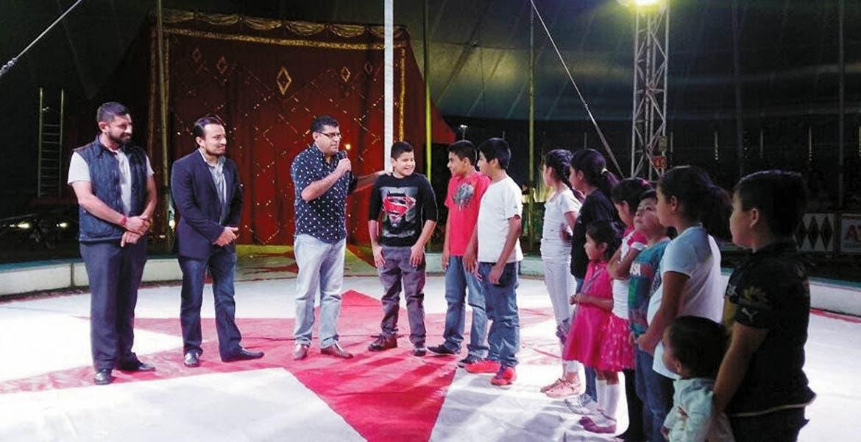 Diversión. El secretario de Gobierno, Guillermo Arroyo Cruz, llevó a menores para que disfrutaran de una función de circo como regalo por el Día de Reyes.