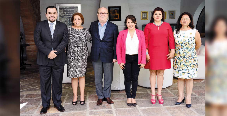Encuentro. El Gobernador Graco Ramírez acompañado por el presidente de la Junta Política y de Gobierno, Julio Espín Navarrete, y las diputadas Beatriz Vicera, Hortencia Figueroa, Edith Beltrán y Silvia Irra Marín.