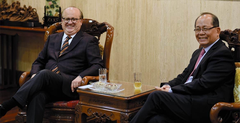 Encuentro. El Gobernador Graco Ramírez con el embajador de China en México, QiuXiaoqui.