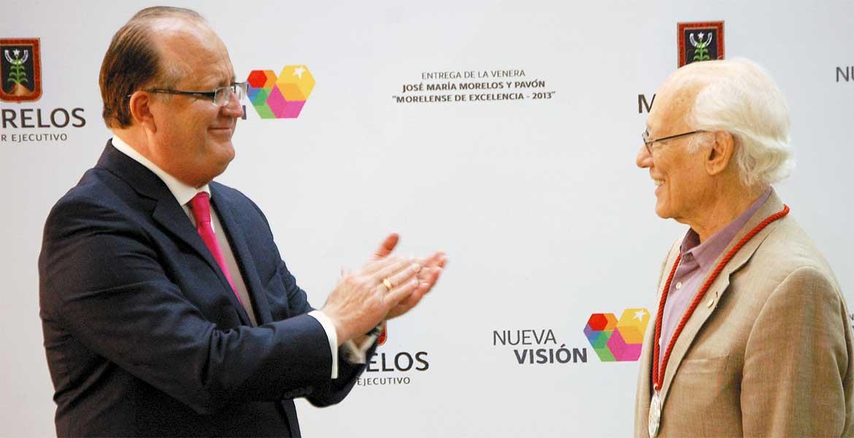"""Reconocimiento. El Gobernador Graco Ramírez entregó a Rodolfo Stavenhagen en 2013 la Venera """"José María Morelos y Pavón""""."""