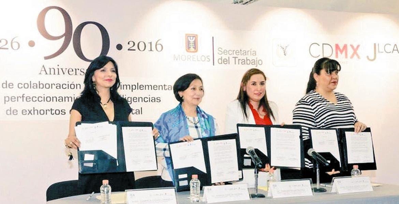 Convenio. Gabriela Gómez Orihuela, secretaria del Trabajo de Morelos, y Amalia García, su homóloga del Distrito Federal, durante la firma del acuerdo.