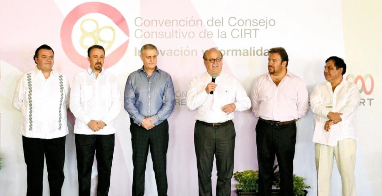 Postura. Graco Ramírez manifestó respaldo absoluto al secretario de Gobernación, Miguel Ángel Osorio Chong, a fin de mantener firme la posición de garantizar el estado de derecho.