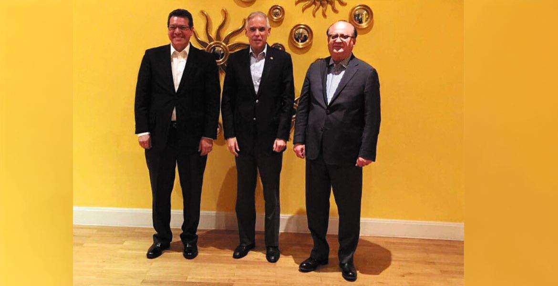 Encuentro. El Gobernador Graco Ramírez, acompañado por el gobernador de Tlaxcala, Marco Mena, y el embajador de México en China, Julián Ventura.
