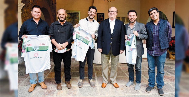 Visita. Graco Ramírez recibió a los productores de la serie Club de Cuervos, una historia mexicana de negocios y futbol.
