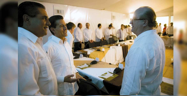 El Presidente de la República, Enrique Peña Nieto, dialoga con el gobernador de Morelos y presidente de la Conago, Graco Ramírez Garrido Abreu, luego de la LI Reunión Ordinaria; atestigua el gobernador de Michoacán, Silvano Aureoles Conejo.