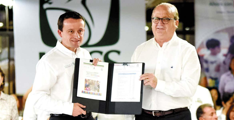 Entrega. El Gobernador Graco Ramírez recibe del director general del IMSS, Mikel Arriola Peñalosa, el certificado de primer año de preescolar en guarderías del IMSS, lo que le da validez a la instrucción que se imparte en estos centros de enseñanza.