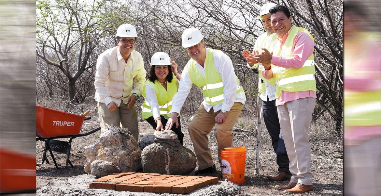 El Gobernador Graco Ramírez y la presidenta del Tribunal Superior de Justicia (TSJ), Nadia Luz Lara Chávez, colocaron la primera piedra en el terreno de lo que será la sede de la Ciudad Judicial