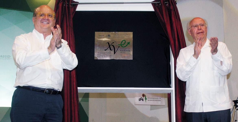 """Evento. En el marco del Encuentro Nacional de Prevención y Promoción para una Mejor Salud, realizado en Cocoyoc, José Narro Robles entregó al Gobernador Graco Ramírez el premio """"Caminando a la Excelencia""""."""