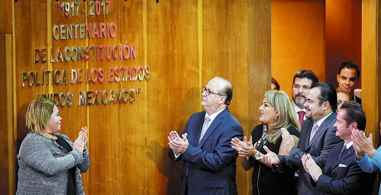 Sesión solemne. El Gobernador Graco Ramírez durante la develación de la placa por el Centenario de la Constitución.